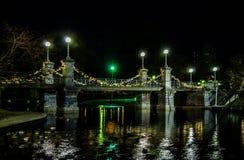 Tappningblick på bron på Boston de offentliga trädgårdarna på jultid Royaltyfri Foto