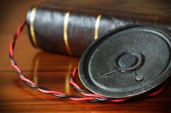 Tappningbok med en gammal ljudsignal högtalare Royaltyfri Fotografi
