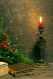 Tappningbok med två ljusstakar och julpynt arkivbild