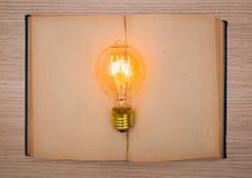 Tappningbok och ljus kula Arkivfoton