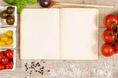 Tappningbok och papper med textutrymme för ingredienser av en reci Arkivfoto