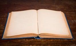 Tappningbok på träbakgrund Arkivfoton