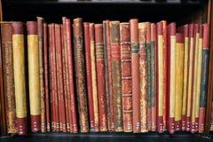 Tappningbok på träbokhyllorna royaltyfri fotografi
