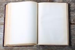Tappningbok som är öppen Royaltyfria Bilder