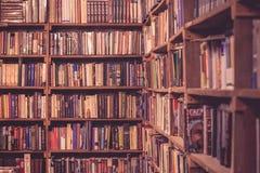 Tappningbokhyllatextur i bokhandeln Fotografering för Bildbyråer