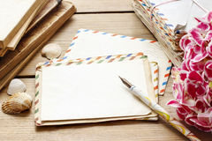 Tappningbokstäver, böcker och bukett av rosa hortensiablommor Royaltyfri Bild