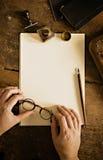 Tappningbokstav och kommunikationsbegrepp Kopieringsutrymme som överskrivar din text arkivbild