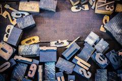 Tappningboktryck numrerar och bokstäver Arkivbild