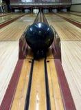 Tappningbowlingbana med bollen Arkivfoton