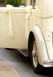Tappningbröllopbil Royaltyfri Fotografi