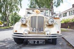 Tappningbröllopbil Arkivbild