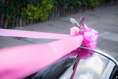 Tappningbröllopbil med bandet Royaltyfri Fotografi