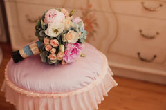 Tappningbröllopbukett i bodoirinre Royaltyfria Bilder