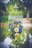 Tappningbröllopgarnering i trädgården arkivbilder