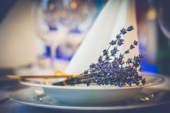 Tappningbröllopgarnering på tabellen royaltyfri foto
