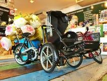 Tappningcykel och blommor Fotografering för Bildbyråer