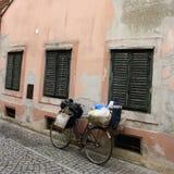 Tappningcykel och lantlig rosa vägg arkivfoto