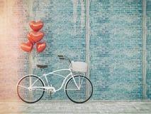 Tappningcykel som parkeras bredvid träväggen Arkivbild