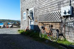 Tappningcykeln parkerar nära stranden Arkivbild