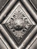 Tappningdörrhandtag på antik dörr Fotografering för Bildbyråer