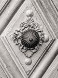 Tappningdörrhandtag på antik dörr Royaltyfria Foton