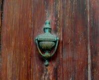 Tappningdörrknackare på en trädörr Royaltyfri Fotografi