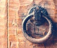 Tappningdörrknackare på trädörr royaltyfri foto