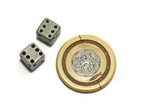 Tappningdobbleritärning och pokerchip Royaltyfri Fotografi