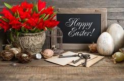 Tappningeaster garnering, ägg, röd tulpan arkivfoton