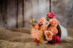 Tappningen av konstgjorda blommor arkivbild