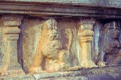 Tappningfärgeffekt av garneringar för Polonnaruwa forntida stenvägg av buddistiska tempel Arkivbilder