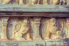Tappningfärgeffekt av garneringar för Polonnaruwa forntida stenvägg av buddistiska tempel Arkivbild