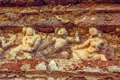 Tappningfärgeffekt av garneringar för Polonnaruwa forntida stenvägg av buddistiska tempel Arkivfoto