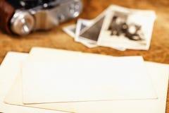 Tappningfärgpulver och penna, gammala foto och kamera Royaltyfri Foto