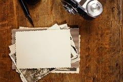 Tappningfärgpulver och penna, gammala foto och kamera Royaltyfria Foton