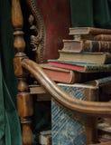 Tappningfåtölj med gamla böcker royaltyfri foto
