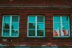 Tappningfönster gammal texturvägg för tegelsten för prydnadpapper för bakgrund geometrisk gammal tappning royaltyfria foton