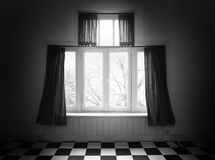 Tappningfönster i ett svartvitt gammalt hus Arkivbilder