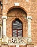 Tappningfönster med balkongen Arkivbild