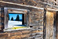 Tappningfönster och dörr av det gamla trälandskapet för berg för kabinspegelvinter lantligt trä för bakgrund Royaltyfri Fotografi