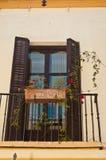 Tappningfönster och slutare i ett historiskt hotell i Cadiz, Spanien royaltyfri bild