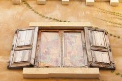 Tappningfönster på cementväggen Royaltyfri Fotografi