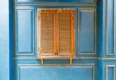 Tappningfönster på den retro blåa väggen Arkivfoton