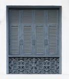 Tappningfönster på väggen, gammal blått royaltyfri foto