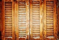 Tappningfönstret stänger med fönsterluckor bakgrund Arkivfoto