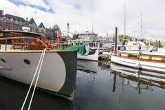 Tappningfartyg anslutas på Victoria Classic Boat Festival Arkivfoton