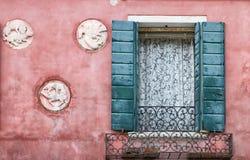 Tappningfasad med det dekorativa fönstret. arkivbild