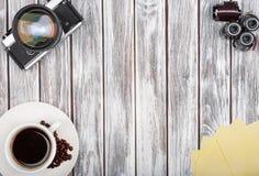 Tappningfilmkameror och filmer med kaffe royaltyfria bilder