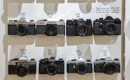 Tappningfilmkameror ställde upp på väggen i den sena 70-tal för kronologisk ordning som I visar teknologisk evolution Royaltyfri Bild