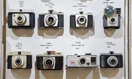 Tappningfilmkameror ställde upp på väggen i kronologisk ordningstart från 1959 till 1961 som visar teknologisk evolution Royaltyfri Foto